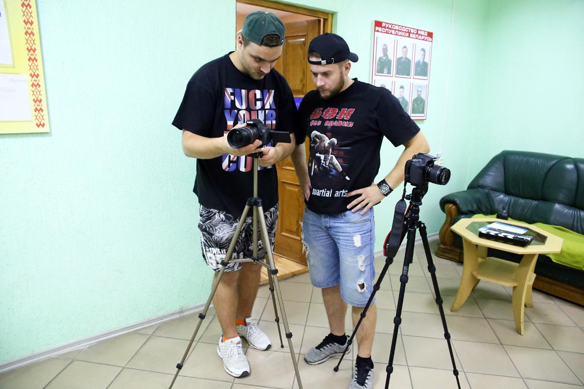 Операторы настраивают камеры. Фото: Евгений ТИХАНОВИЧ