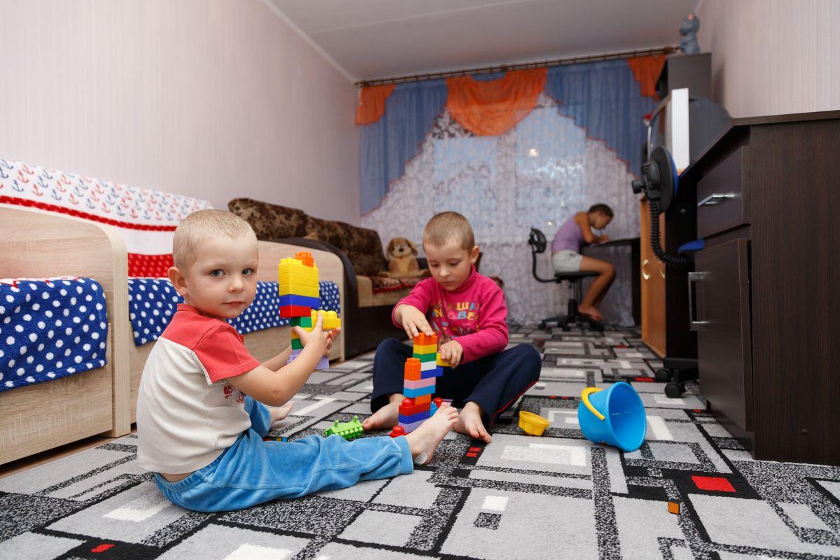 У детей теперь есть комната, где они могут играть, а у шестиклассницы Алины – свой рабочий стол. Фото: Александр КОРОБ