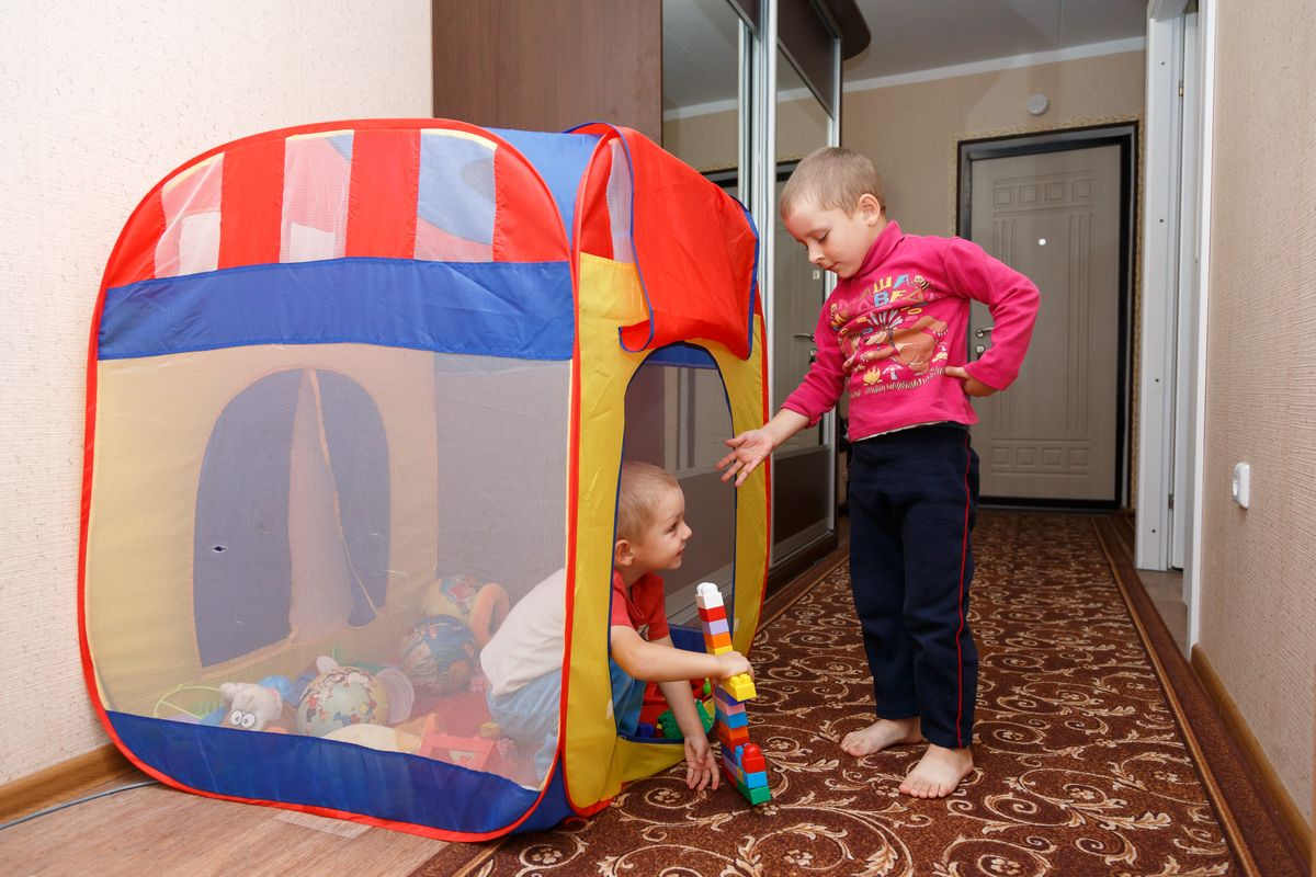 Четырехлетний Даниил играет с младшим братом Владиславом. Фото: Александр КОРОБ