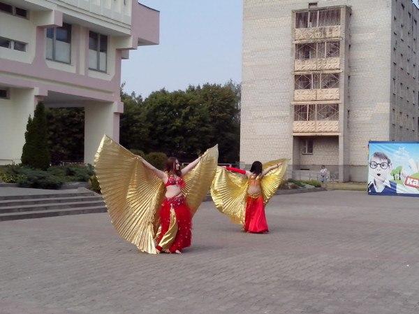 Танцевальное выступление у Дворца детского творчества. Фото: Наталья СЕМЕНОВИЧ