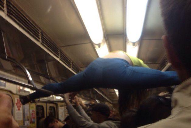 Девушка села на шпагат в вагоне метро, фото ВКонтакте, Ищу тебя Минск.