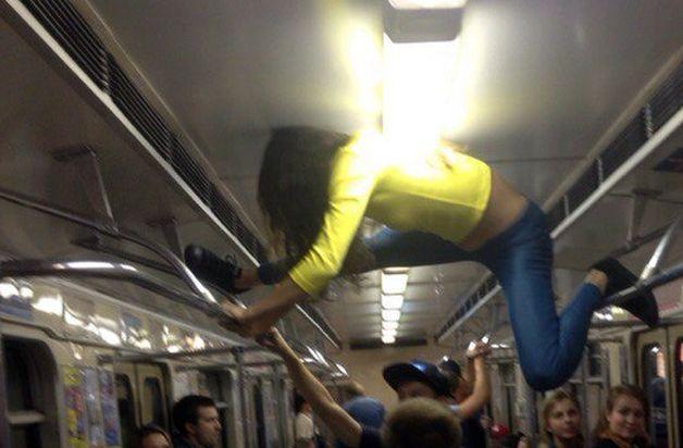 Девушка села на шпагат в вагоне метро. фото ВКонтакте, Ищу тебя Минск.