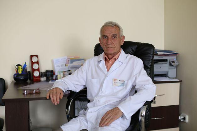 Валерий Богословский уже 44 года помогает мужчинам и женщинам справиться с урологическими проблемами. Фото: Александр КОРОБ