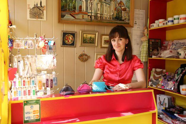 Ксения Чигладзе в магазине сувениров. Фото: Александр КОРОБ