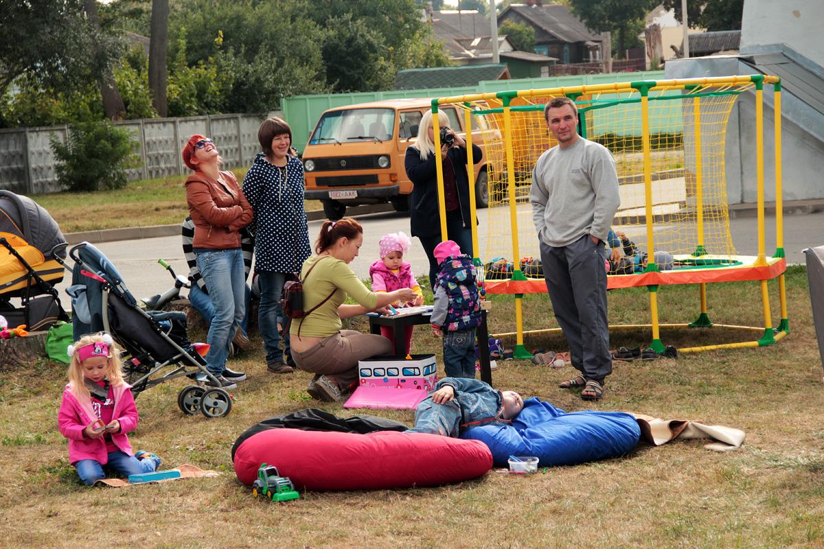 Для детей на улице была организована игровая площадка. Фото: Юрий ПИВОВАРЧИК
