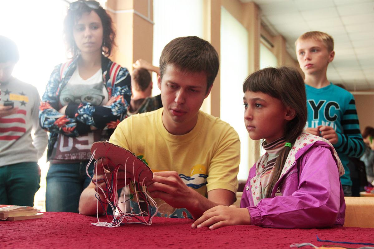 Мастер-класс по плетению браслетов из цветных шнурков. Фото: Юрий ПИВОВАРЧИК