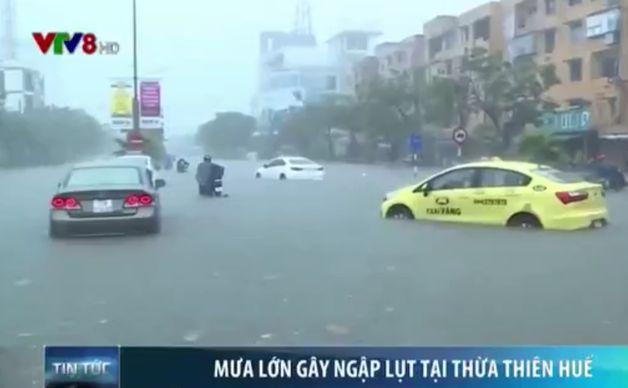 Дороги из-за проливных дождей превратились в реки. Фото: сайт vtv.vn