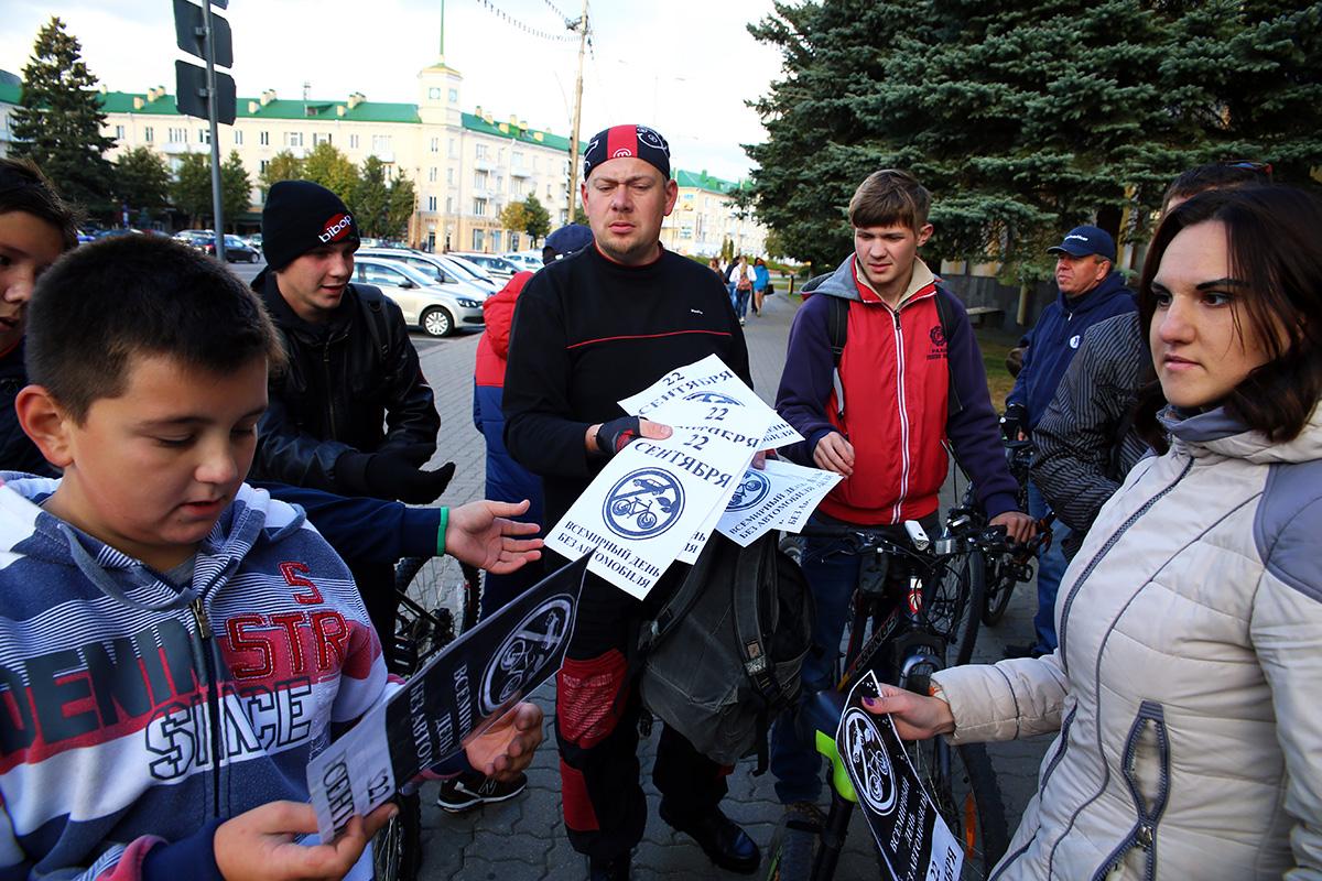Все желающие могли получить специальную наклейку на велосипед. Фото: Евгений Тиханович