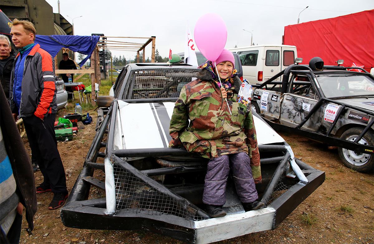 Ксюша на папиной машине. Фото: Евгений ТИХАНОВИЧ