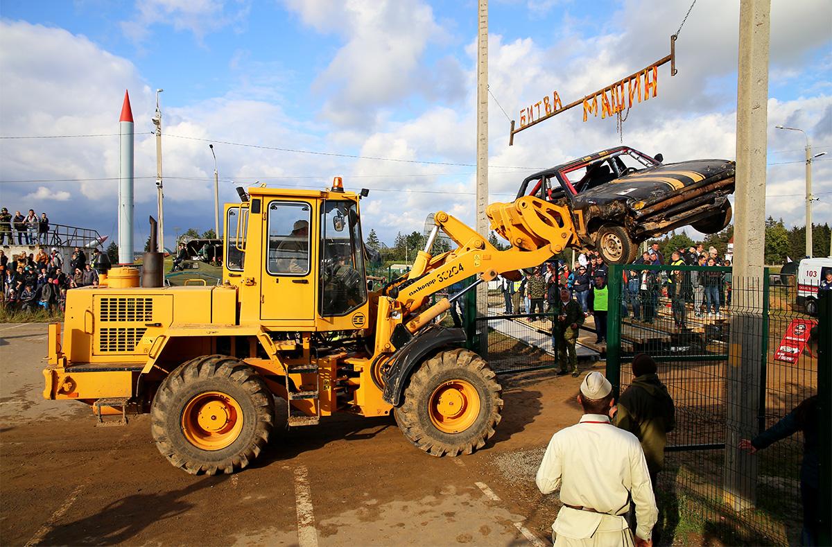 Автомобили, которые полностью выходили из строя, вывозил погрузчик. Фото: Евгений ТИХАНОВИЧ