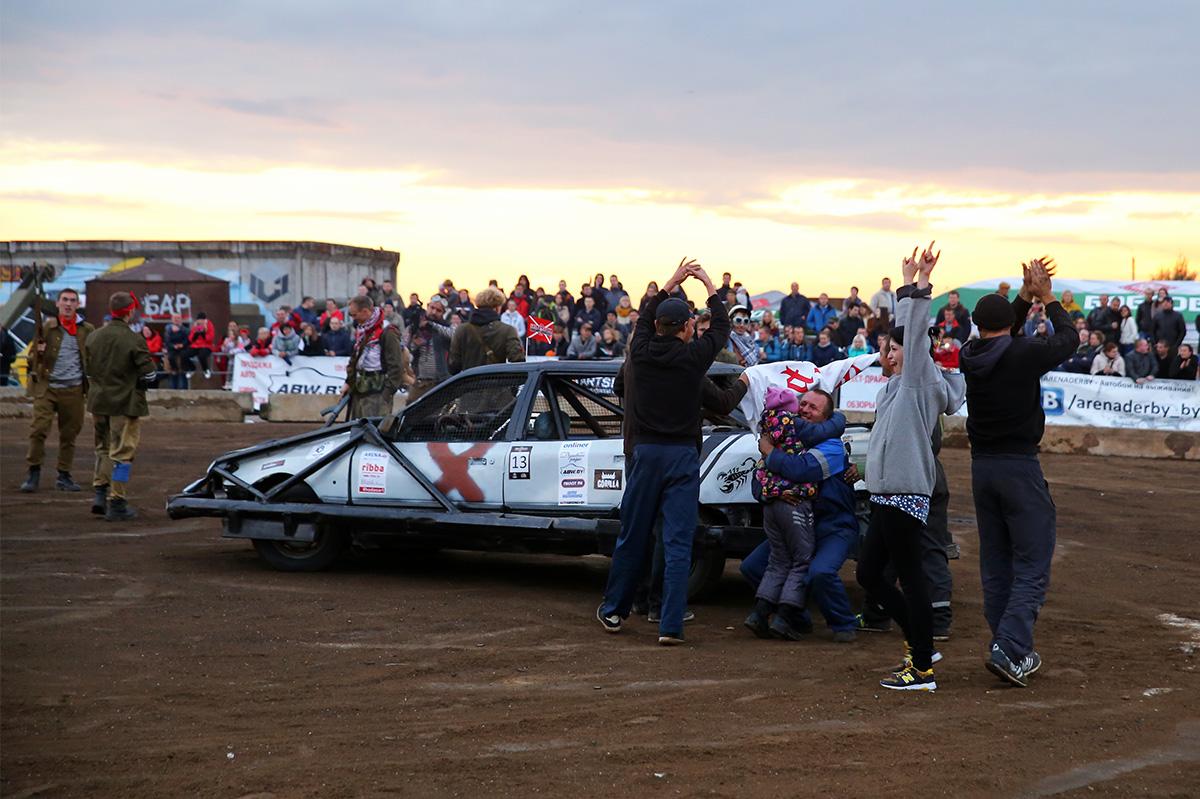 Руслана Бубена поздравляют с заслуженной победой. Фото: Евгений ТИХАНОВИЧ
