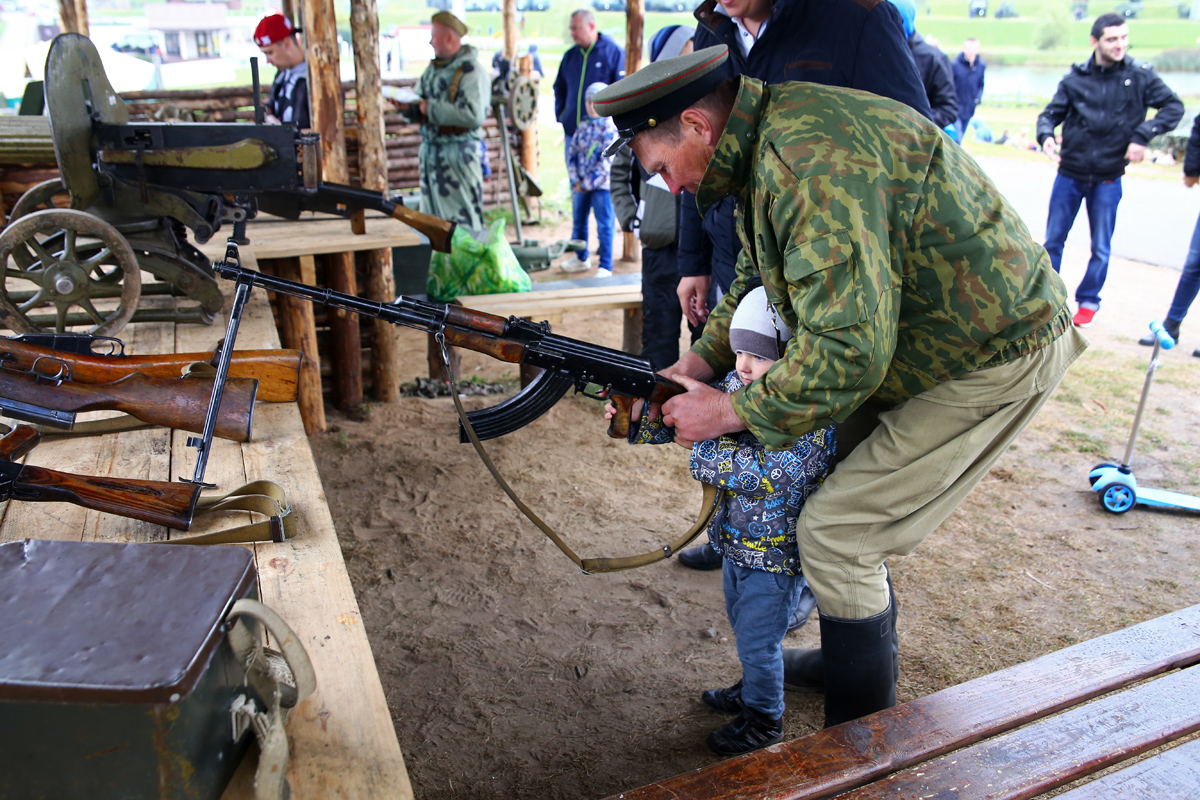 Пострелять из оружия может даже ребенок.