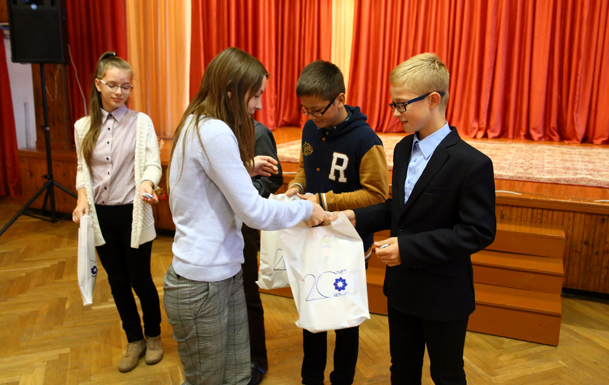 Школьникам, занявшим второе место, подарили ручки и блокноты. Фото: Евгений ТИХАНОВИЧ