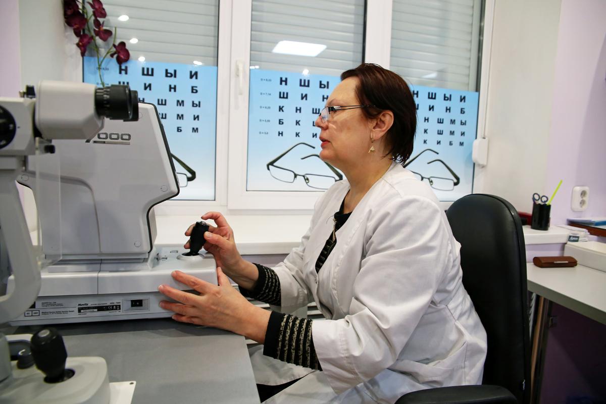 Зрение проверяют с помощью авторефрактометра. Фото: Евгений ТИХАНОВИЧ