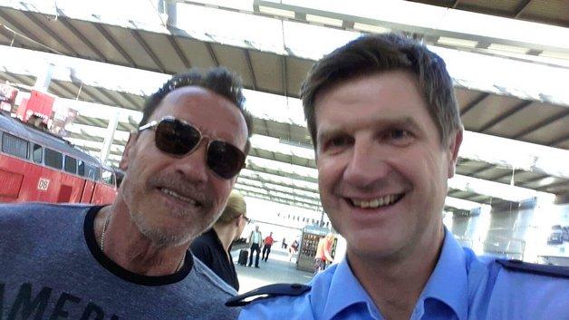 Милиция приостановила Шварценеггера навокзале Мюнхена занарушение правил