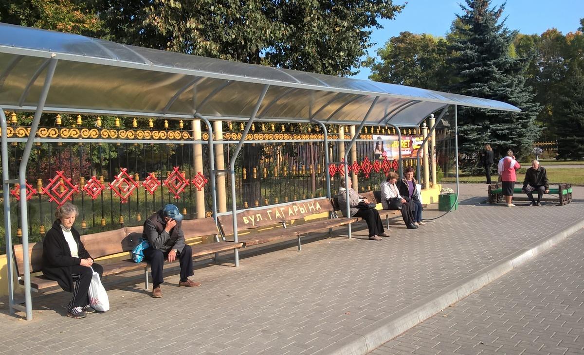 Деревянная скамейка и белорусский орнамент на остановке. Фото: Руслан РЕВЯКО
