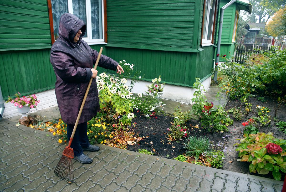 Во время сильных дождей двор хозяйки постоянно затапливает. Фото: Евгений ТИХАНОВИЧ