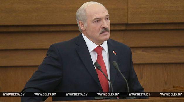 Лукашенко раскритиковал РФ: «вам еще автомат купить»