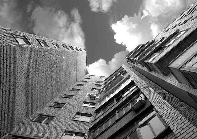 ВБарановичах 21-летний парень выпал изокна 8-го этажа