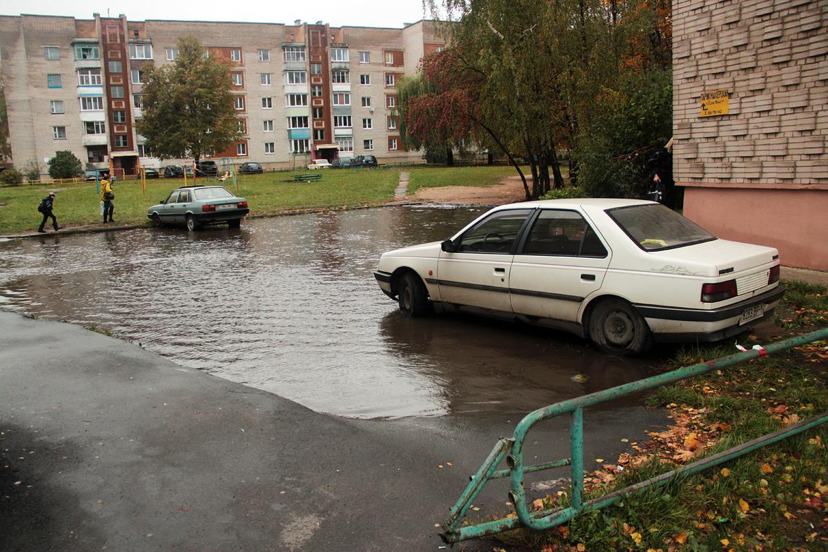 Стоянка для автомобилей превратилась в глубокую лужу. Фото: Юрий ПИВОВАРЧИК