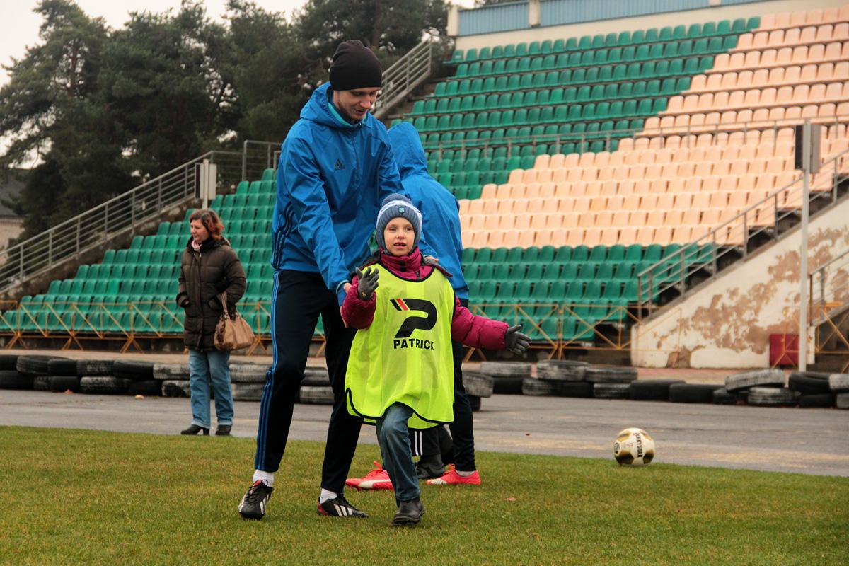 Разминка перед игрой на футбольном поле. Фото: Юрий ПИВОВАРЧИК