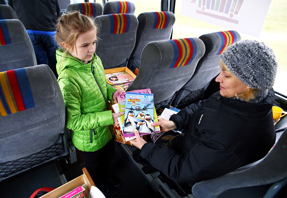 Школьница Алина является постоянной читательницей библиобуса. Фото: Евгений ТИХАНОВИЧ