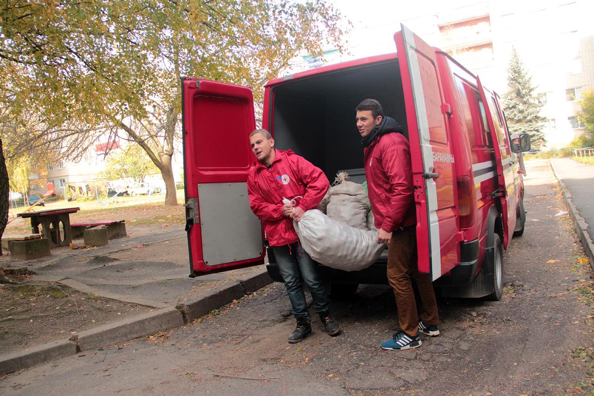 Барановичские волонтеры общества Красного Креста раздали нуждающимся картофель