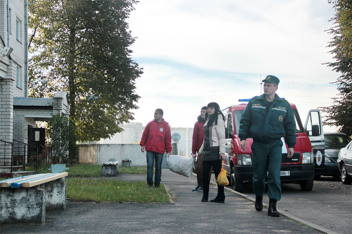 Барановичский ГРОЧС предоставил волонтерам автомобиль. Фото: Юрий ПИВОВАРЧИК