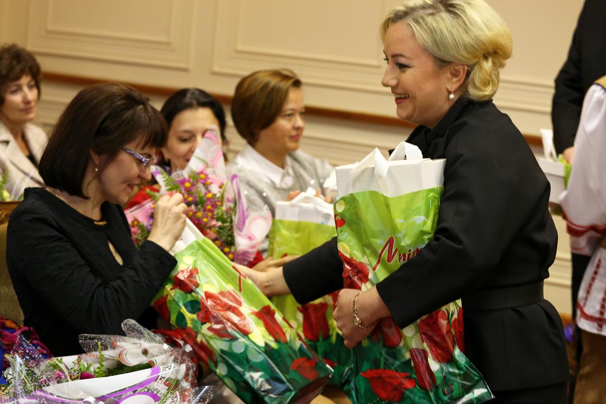 Вручение подарков. Фото: Евгений ТИХАНОВИЧ
