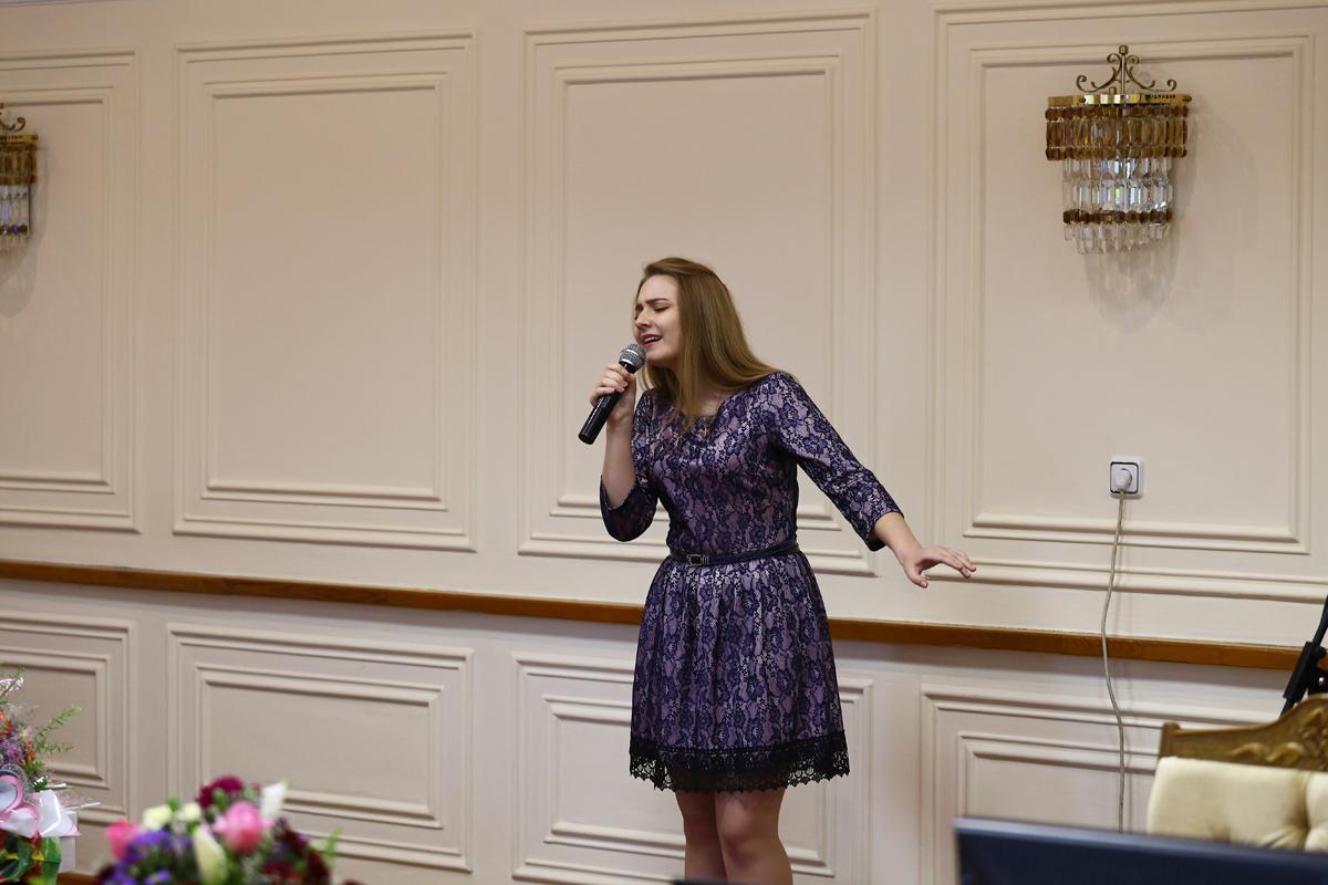 Песню для мам исполнила Александра Гесь. Фото: Евгений ТИХАНОВИЧ