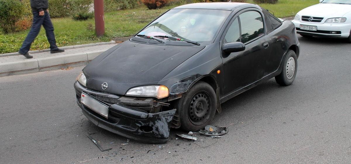 В Барановичах на съезде с путепровода столкнулись два автомобиля