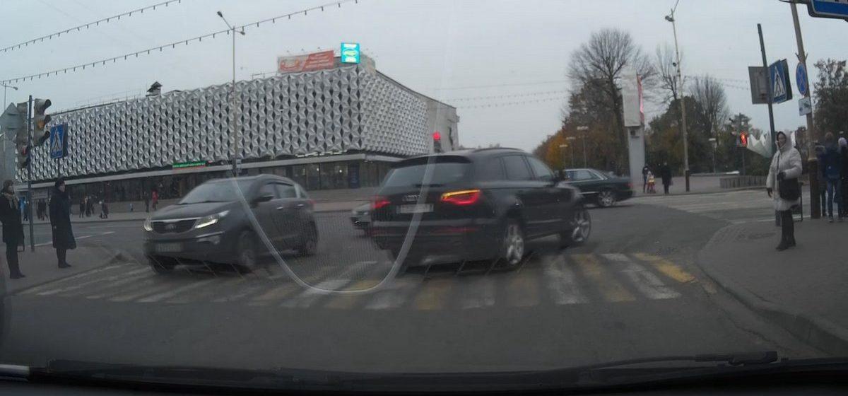 Барановичи на видеорегистраторе: Как Audi Q7 проезжает перекресток
