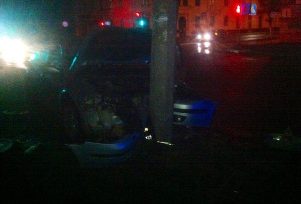 В Барановичах автомобиль врезался в фонарный столб
