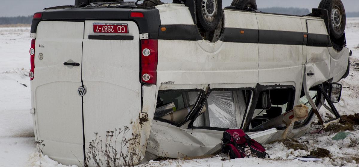 На трассе М1 микроавтобус посольства Польши съехал в кювет и перевернулся