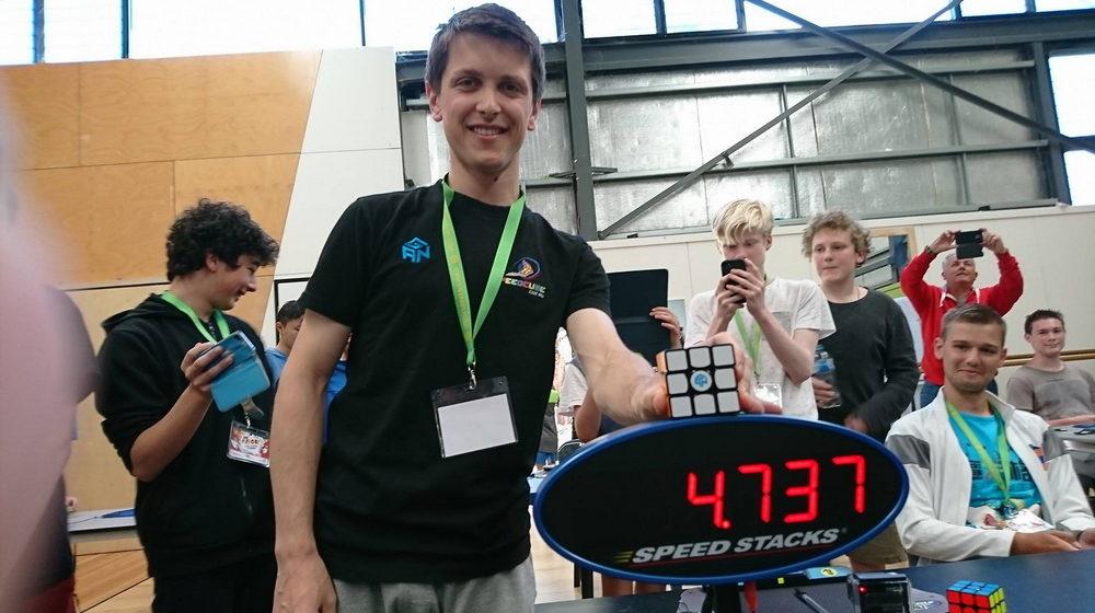 Студент из Австралии установил новый рекорд по скорости сборки кубика Рубика