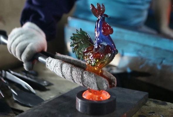 Как на Березовском стеклозаводе «Неман» выдувают Огненного петуха
