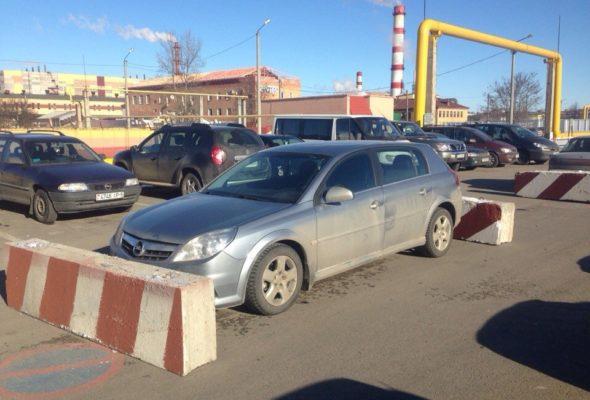 В Солигорске неправильно припаркованные машины блокируют бетонными блоками