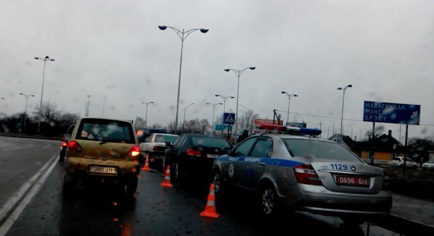 В центре Барановичей столкнулись три автомобиля