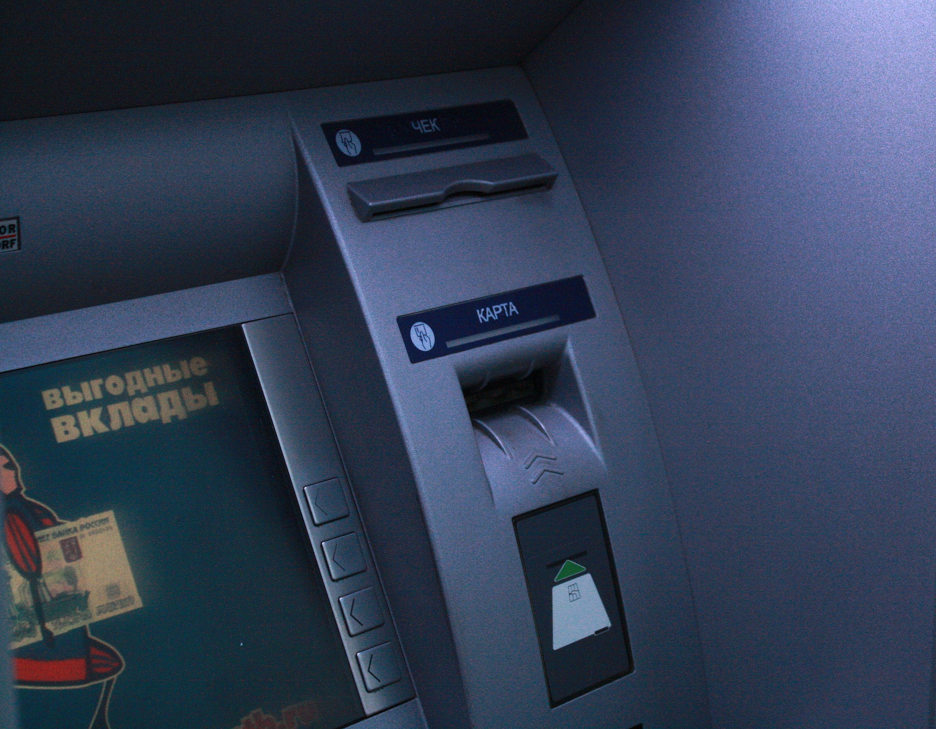 В Барановичах у пенсионера украли деньги с забытой в банкомате карточки