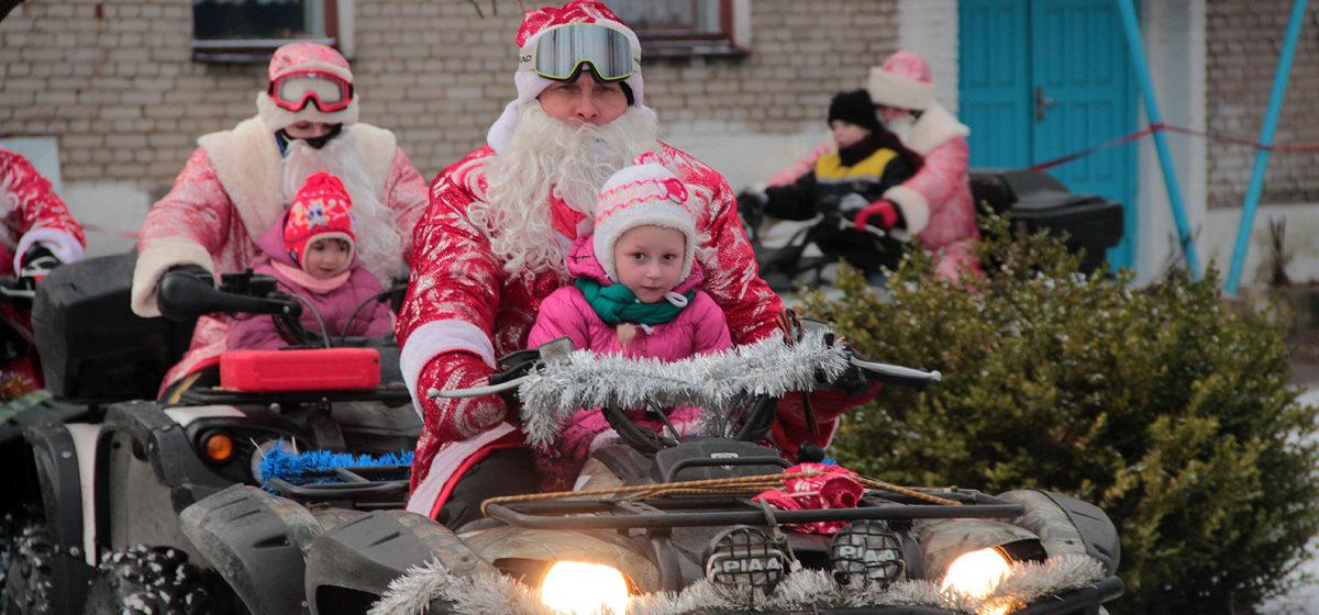 Детей из Барановичского приюта поздравили Деды Морозы на квадроциклах и военные