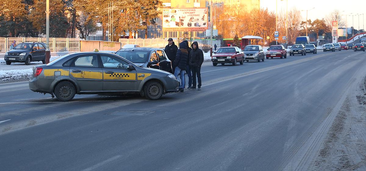 В Барановичах на улице Баранова столкнулись такси и «Рено»