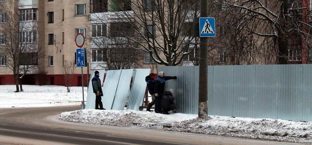 Фотофакт. В Барановичах на улице Парковой из-за стройки перекрыли пешеходный переход