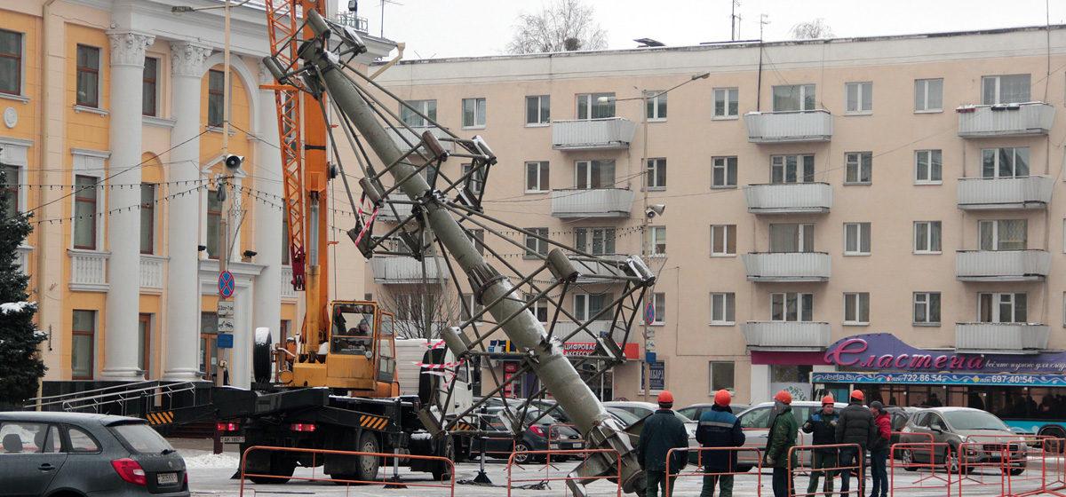В Барановичах начали устанавливать новогоднюю елку