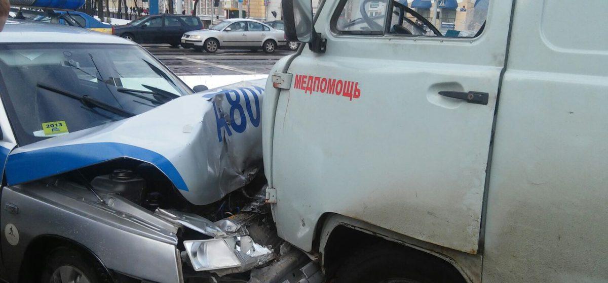 В ДТП в Витебске столкнулись 5 машин, среди них – авто медпомощи и Департамента охраны