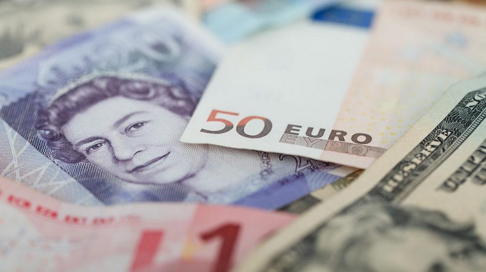 Белорусы стали меньше продавать валюты