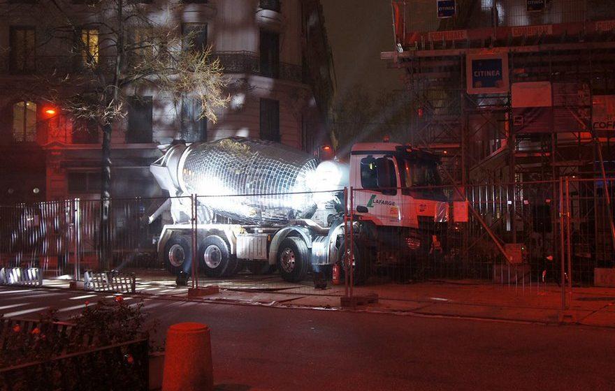 Во Франции художник сделал из бетономешалки гигантский диско-шар