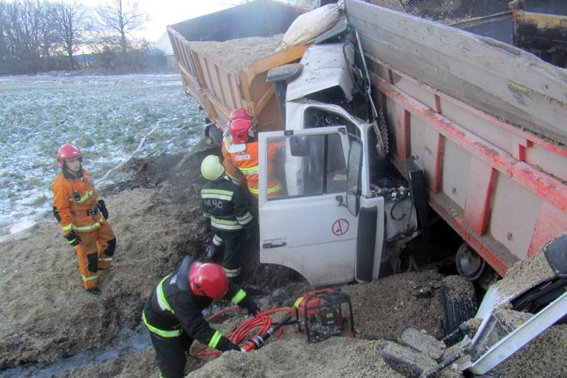 В Волковысском районе столкнулись два грузовика, водитель погиб