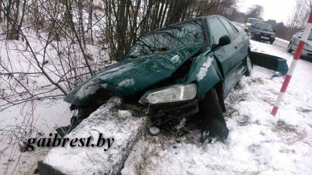 В Лунинецком районе из-за заноса автомобиль вылетел в кювет, где столкнулся с железобетонной плитой