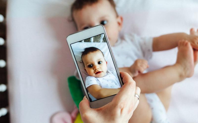 Психологи не советуют родителям размещать снимки своих детей в соцсети
