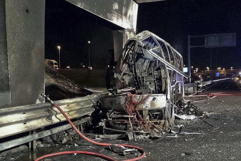 В Италии автобус врезался в опору и загорелся. Погибли 16 детей